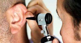 Esaminando il udito di un uomo