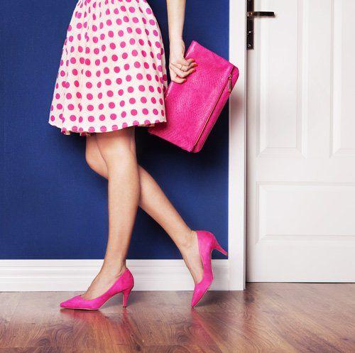 Ragazza nei vestiti ed accessori rosa a Formia