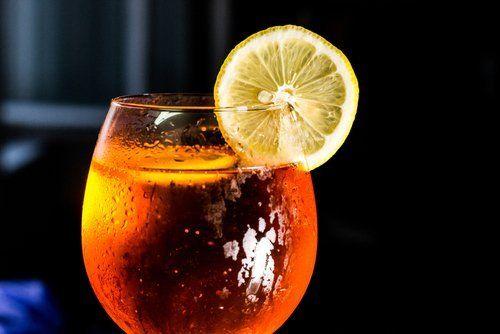 bicchiere di spritz aperol con fetta di limone