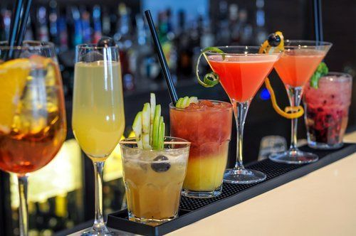 vari cocktail sul bancone del bar