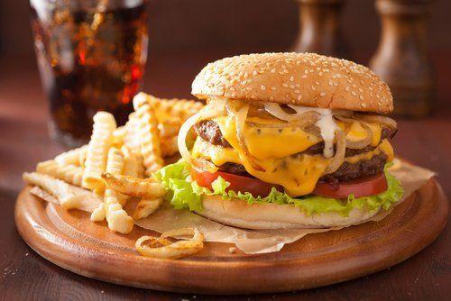 tagliere con panino con hamburger e patatine fritte