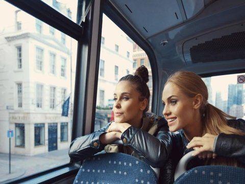 due ragazze sedute in un pullman