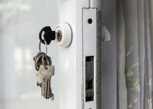 Chiavi inserite in una serratura