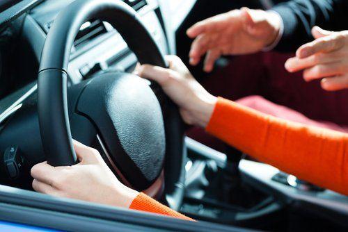 mani al volante di un'auto