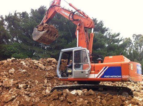una scavatrice al lavoro