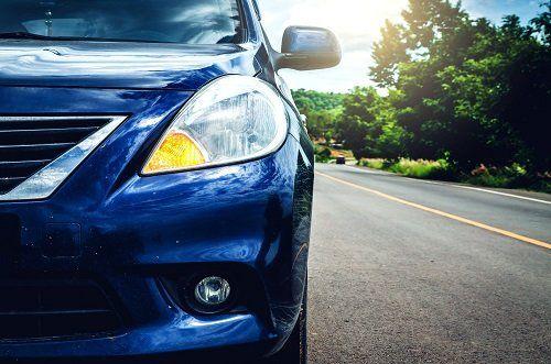 Faro anteriore sinistro di un'auto blu