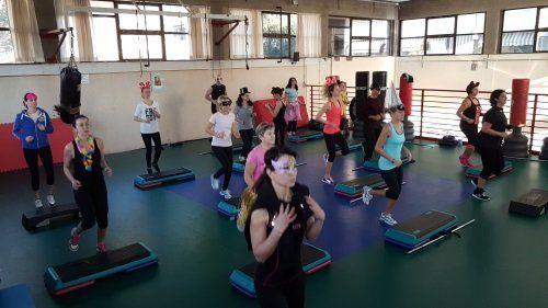 delle donne che fanno degli esercizi in palestra