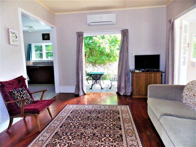 2 bed cottage lounge