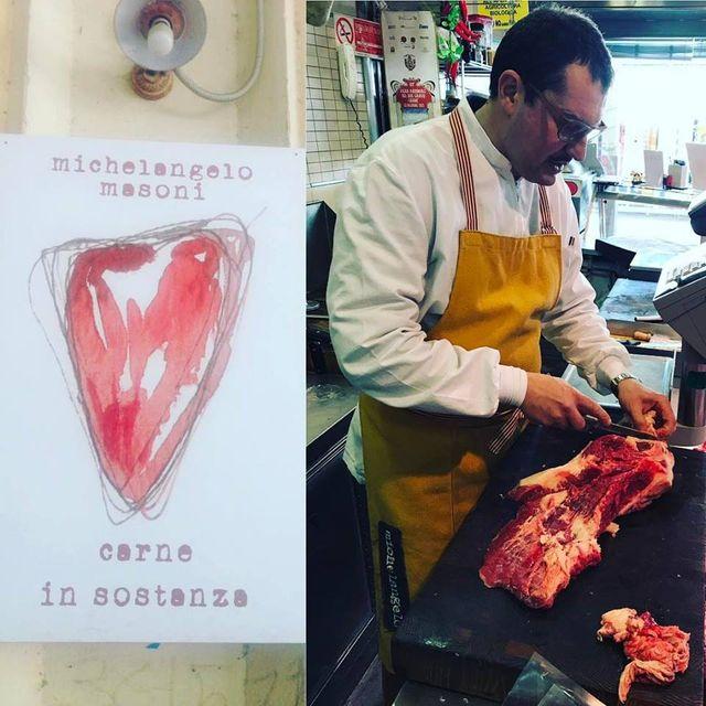 macellaio mentre taglia la carne
