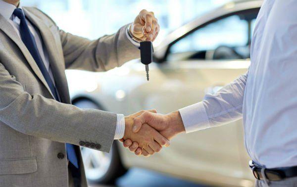 chiavi in mano, un venditore ed un cliente che si stringono la mano