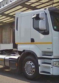 vista laterale di un camion senza rimorchio