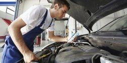 meccanico mentre ripara un automobile
