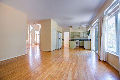 Stanza con parquet in legno e cucina