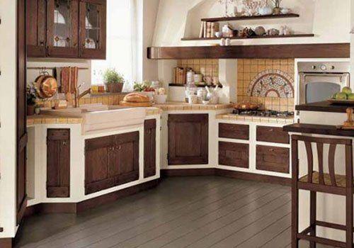 Una cucina di color avorio e legno scuro