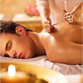 un uomo sdraiato a pancia in giù e due mani che gli massaggiano la schiena