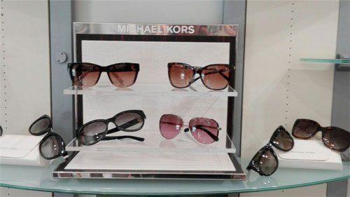 degli occhiali da sole di diversi colori della marca Michael Kors