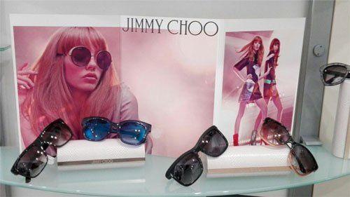 degli occhiali da sole di diversi tipi e colori della marca Jimmy Choo