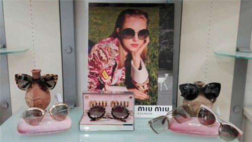degli occhiali da sole di diversi modelli e colori della marca Miu Miu