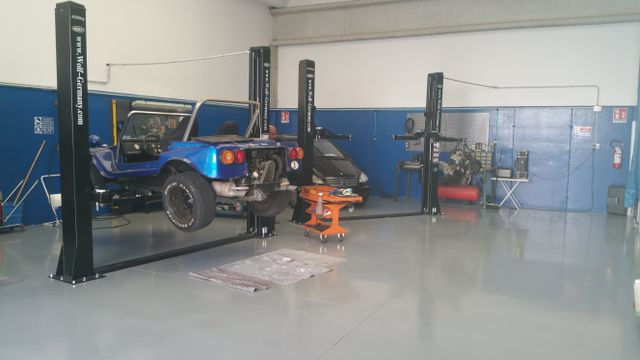 un dune buggy sollevato nell'officina