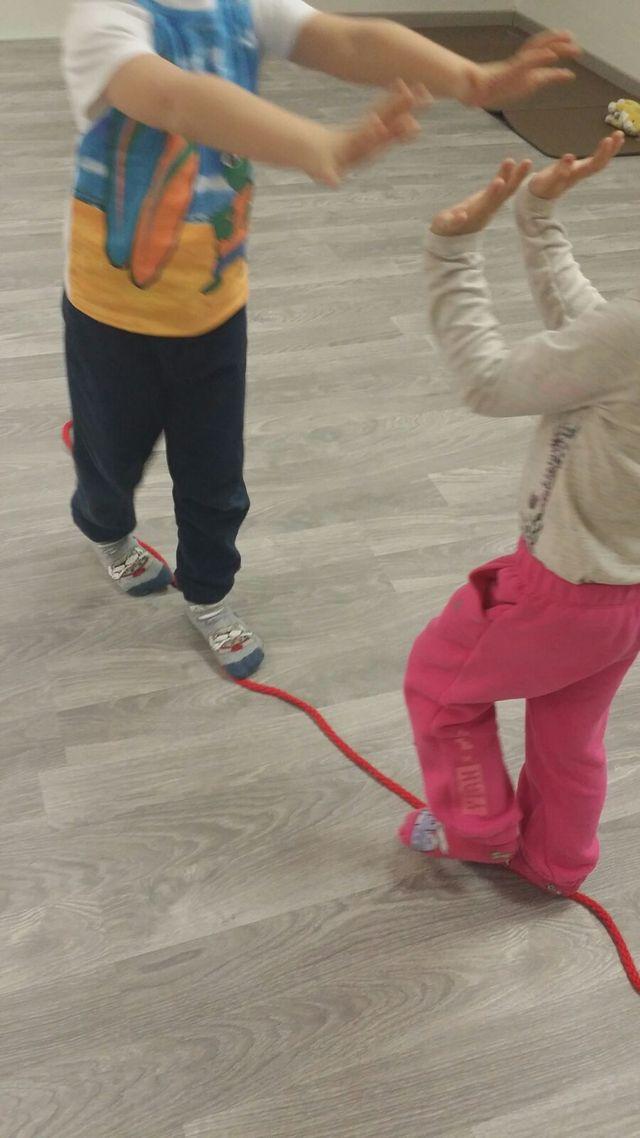 bambini che eseguono esercizi di mobilità