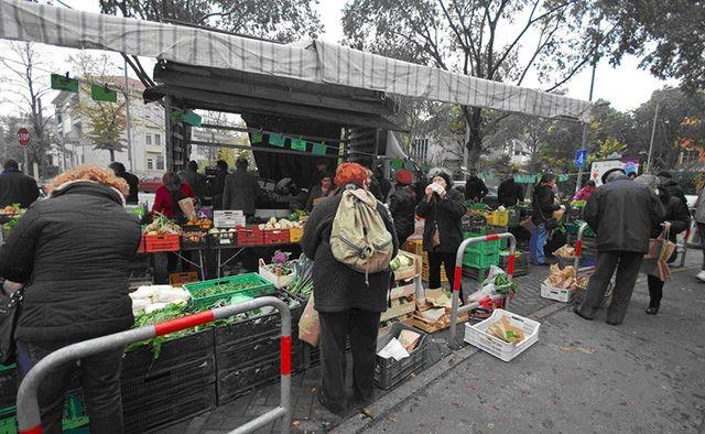 un mercato con vendita della frutta e verdura