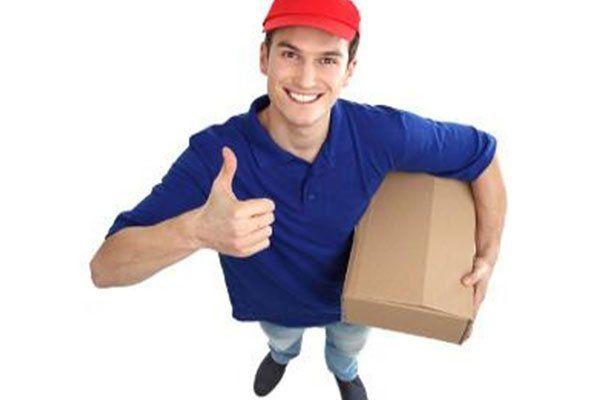 un ragazzo con il pollice in su e uno scatolone in mano