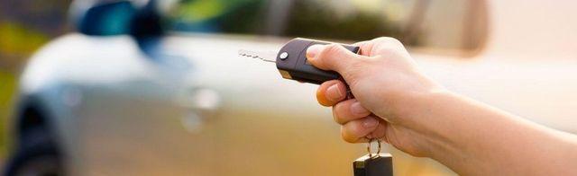 consegna chiave di automobile a noleggio