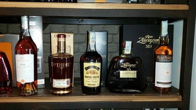 serie di liquori visti da vicino posti su una mensola in legno