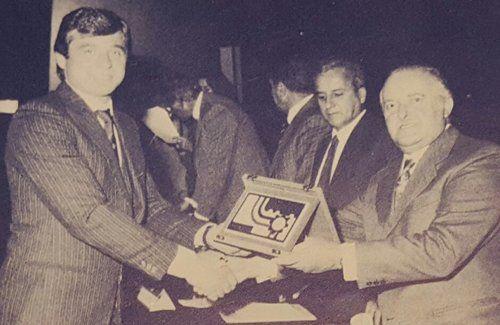 vecchia foto raffigutante degli uomini in abito che mostrano una targa