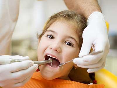 una bambina durante una visita odontoiatrica