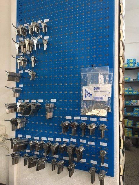 chiavi appese ad un pannello blu