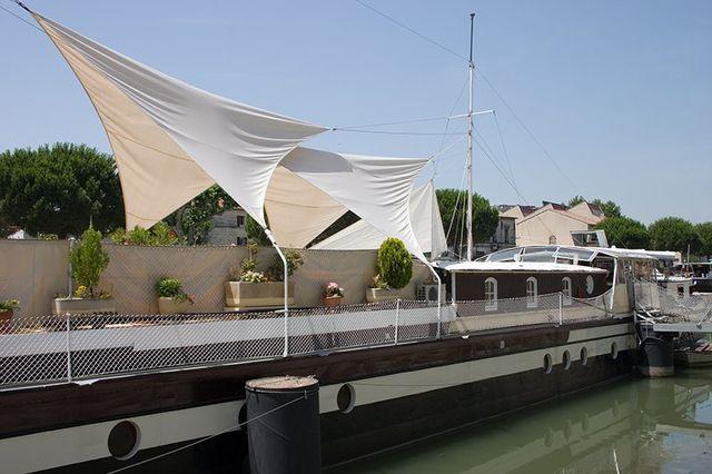 delle tende sospese in aria ai bordi di un molo