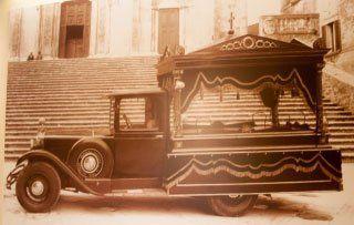 foto antica di un veicolo per il trasporto funebre