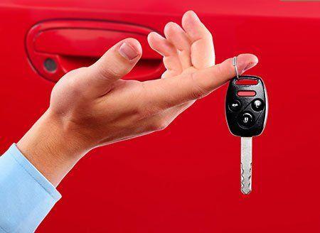Mano rinviando la chiave di un'automobile dopo la revisione e la riparazione