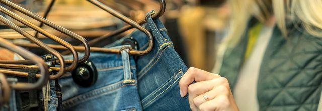 Donna compra il jeans dal negozio Particolaridi Chiara Di Matteo a Bagheria