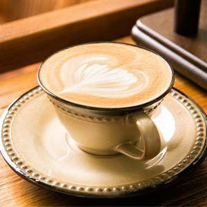due tazze di caffe' su un bancone