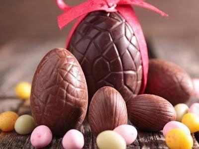 degli ovetti di cioccolato e alcuni di color rosa
