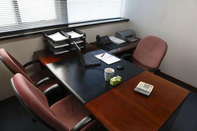 una scrivania con un portatile in un ufficio