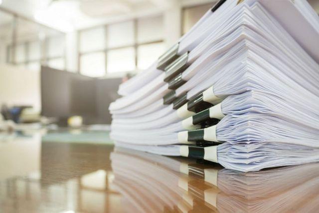 dei documenti appoggiati su un tavolo
