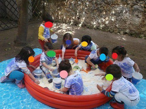 bimbi che giocano con la sabbia
