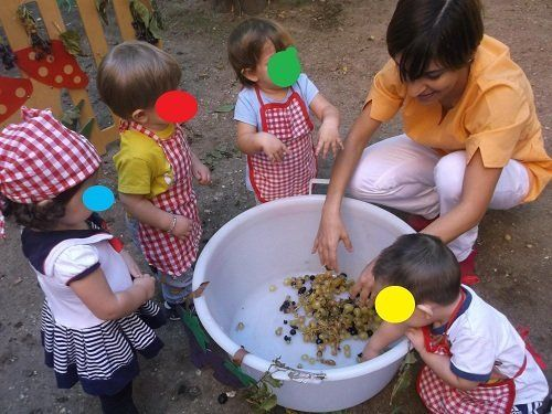 bimbi che giocano con l'uva