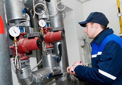 un idraulico che controlla un impianto