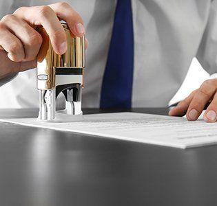 notaio timbra documento notarile