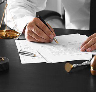 firma di un documento in studio notarile