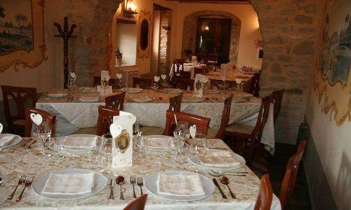 Tavoli preparate all'interno del ristorante
