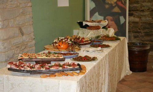 Tavola buffet piena di cibo