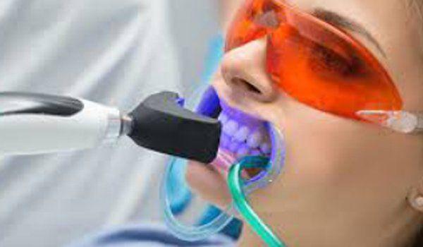 Paziente donna con divaricatore orale