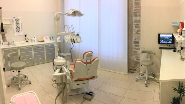 vista ravvicinata dell'interno della sala operatoria dello studio dentistico