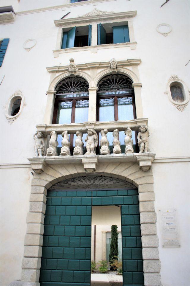 La facciata in stile Neo-Classico dello Studio Brutti