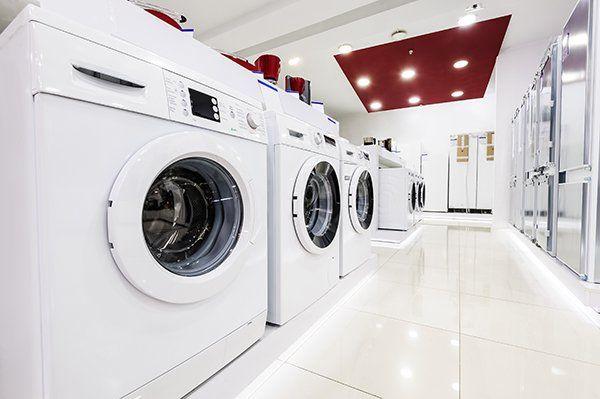 delle lavatrici in esposizione in un negozio